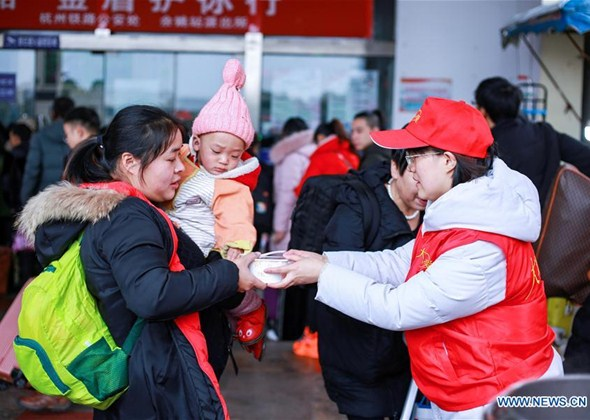 Volunteers in Yuyao Offer Free Laba Porridge to Sanitation W